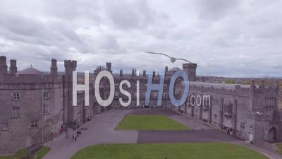 Vue Aérienne Sur Le Château De Kilkenny En Irlande - Vidéo Drone
