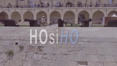 Vue Aérienne Du Fort Ou Du Canon Révèle L'île De Malte - Vidéo Drone