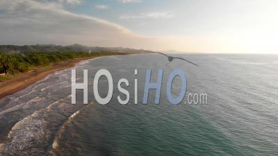 Coucher De Soleil Sur La Plage Avec Fond De Montagne, Philippines, Vue Drone