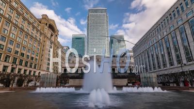 Le Quartier Financier Des Docklands à Londres Avec Une Fontaine
