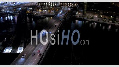 Vue Aérienne Nocturne Au-Dessus De La Circulation Sur L'autoroute, Stockholm, Suède - Vidéo Drone