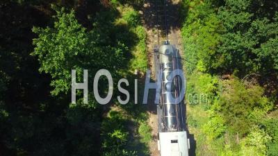 Train à Vapeur Venant S'arrêter Dans Une Zone Boisée - Vidéo Drone