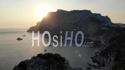 Faraglioni Rocks à Capri, Au Coucher Du Soleil, Italie - Vidéo Drone