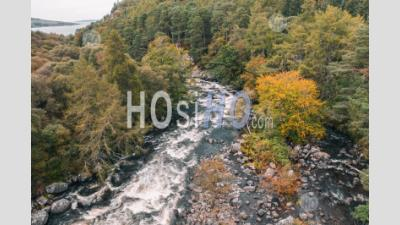 Drone Shoot Over River In Scottish Highlands At Autumn - Photographie Aérienne