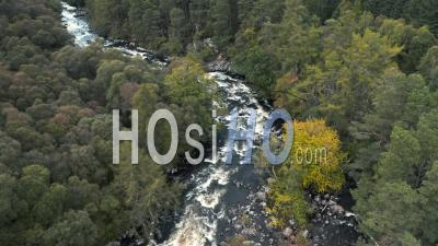 Vue Aérienne Sur River In Scottish Highlands At Autumn - Video Drone Footage