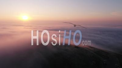 Mont Saint Michel De Braspart Au Lever Du Soleil Gelé, Nuages Et Soleil. - Vidéo Drone