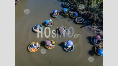 Top View With Drone Of Coconut Tree Forest With Bamboo Basket Boats In Hoi An,Vietnam - Photographie Aérienne
