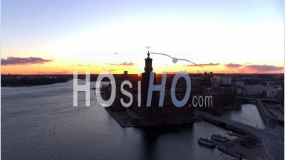 Hôtel De Ville De Stockholm, Ciel Chaud Au Coucher Du Soleil Vibrant - Vidéo Drone