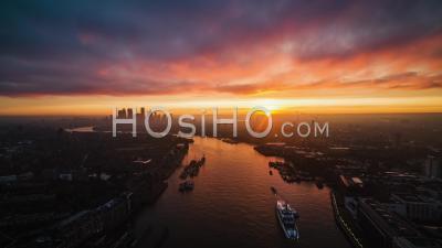 Vue Aérienne Du Quartier Des Affaires De Londres Canary Wharf à L'horizon Lever De Soleil Incroyable Royaume-Uni - Vidéo Par Drone