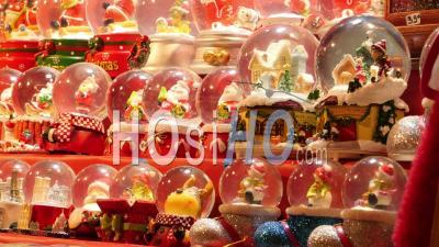 Rangée De Petits Boules à Neige Père Noël Vendu Au Marché De Noël, Paris