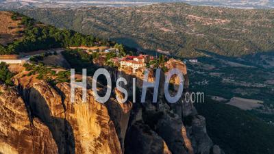 Vue Aérienne Des Météores, Ancien Complexe Des Monastères Orthodoxes Orientaux Thessalie, Grèce - Vidéo Par Drone