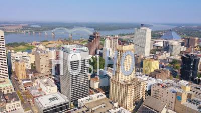 Downtown Memphis Tennessee, Gratte-Ciel, Gratte-Ciel, Entreprises, Skyline, Stade Et Fleuve Mississippi - Vidéo Aérienne Par Drone