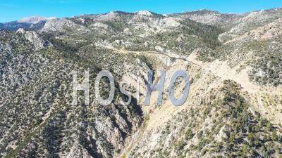 Vidéo Aérienne Sur Une Route De Montagne Le Long D'une Crête Dans Les Montagnes De La Sierra Orientale Près De Lone Pine Et De La Vallée D'owens En Californie - Vidéo Par Drone