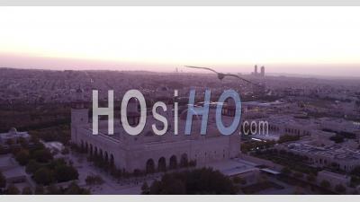 Au Crépuscule De La Mosquée Islamique Au Centre-Ville D'amman, Jordanie - Vidéo Par Drone