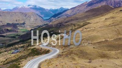Route Dans L'île Du Sud De La Nouvelle-Zélande Révèle Queenstown Et Des Montagnes Remarquables Au Loin - Vidéo Par Drone