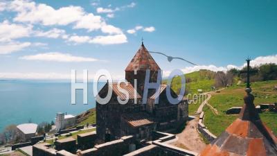 Vidéo Aérienne Du Monastère De Sevanavank Sur Le Lac Sevan Dans Les Montagnes Du Caucase D'arménie - Vidéo Par Drone