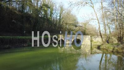 Le Petit Vieux Pont De Bretou En Journée Ensoleillée - Vidéo Par Drone