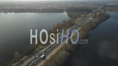 Une Autoroute Traversant Un Lac, Bordeaux Lac District, France - Vidéo Par Drone