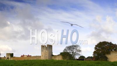 Laps De Temps, Lever De Soleil Nuageux Avec Un Mur De La Ville Médiévale En Arrière-Plan, Suède