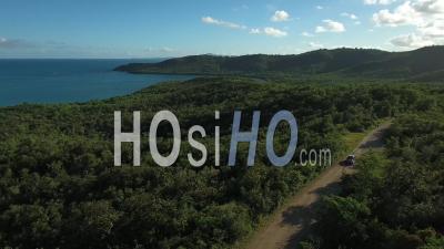 Vue Aérienne D'une Voiture Traversant Un Paysage Verdoyant - - Vidéo Drone