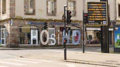 Feu De Circulation à Morlaix Pendant Le Confinement De Covid 19, Finistère, Bretagne, France