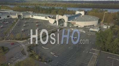 Parking De Supermarché Complètement Vide Dans La Ville De Begles Pendant Covid-19, France - Vidéo Drone