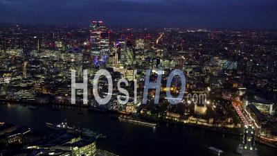 Tower Bridge, La Tour De Londres, La Ville De Londres Et La Tamise Au Crépuscule, Londres Filmé Par Hélicoptère