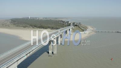 Pont Vide De Noirmoutiers Avec île à L'arrière Vue Par Drone