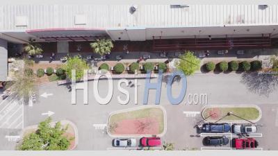 Grande File De Personnes Attendant à L'extérieur D'un Supermarché Avec Des Chariots Vides - Séquences Vidéo Par Drones