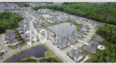 Zone Résidentielle Vide Pendant Le Confinement De Covid-19 Aux États-Unis - Vidéo Par Drone