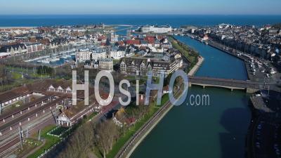 Vue Aérienne De Deauville Et Trouville, Mer En Arrière-Plan Sous Le Confinement Covid19 - Vidéo Par Drone
