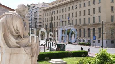 Statue En Face De L'académie D'athènes En Regardant La Rue Déserte Et En Pensant, Confinement Athènes Grèce