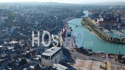 Vue Aérienne Au-Dessus De Trouville Durant The Confinement Covid19 - Vidéo Par Drone