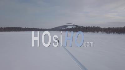 Personnes Conduisant Des Motoneiges Dans Une Plaine Enneigée, Tackasen, Suède - Vidéo Drone