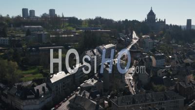 Vue Aérienne Au-Dessus D'une Rue Déserte De La Basilique De Lisieux Pendant Le Confinement Covid19 - Vidéo Par Drone