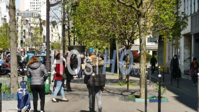 Covid 19 - People In Line, Un Homme Demande Une Cigarette