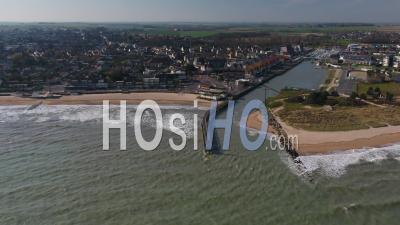 Vue Aérienne Au-Dessus De La Plage De Courseulles Sur Mer, Pendant Le Confinement Covid19 - Vidéo Par Drone