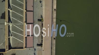 Vue Aérienne De La Ville De Bordeaux, Quais Aménagés Le Long De La Garonne, Bacalan Quay - Vidéo Par Drone
