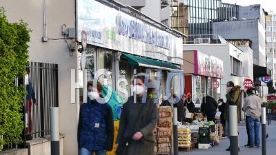 Covid19 - Promenade Masquée De La Mère Et De L'enfant à L'épicerie
