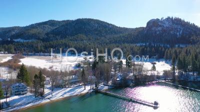 2020 - Vue Aérienne De La Neige Hivernale Au-Dessus De Glenbrook, Communauté Du Nevada, Maisons De Ranch Sur Les Rives Du Lac Tahoe Nevada. - Vidéo Par Drone
