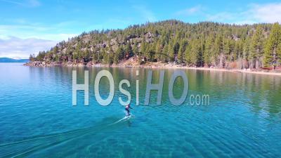 2020 - Un Homme Chevauche Une Planche De Surf électronique Hydrofoil Efoil à Travers Le Lac Tahoe, En Californie, Dans Une Démonstration Sportive De Foil Hydroptère Extrême - Vidéo Par Drone