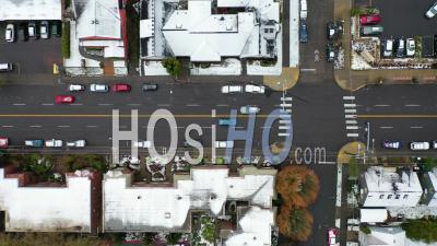 Vue Aérienne Sur Les Rues Enneigées Et Les Voitures En Banlieue Dans La Neige à Portland, Oregon. -  Vidéo Par Drone