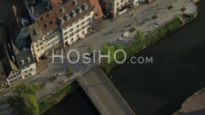 Ville De Strasbourg Pendant Le Confinement En Raison De Covid-19 - Quais Des Bateliers - Vidéo Par Drone