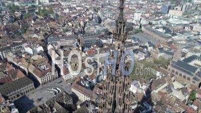 Strasbourg Under Containtment En Raison De Covid-19, Au Centre-Ville Depuis Le Sommet De La Cathédrale - Vidéo Par Drone