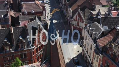 Ville Vide De Bethune Pendant Le Confinement En Raison De Covid-19 - Rue Commerciale Vide - Séquences Vidéo De Drone