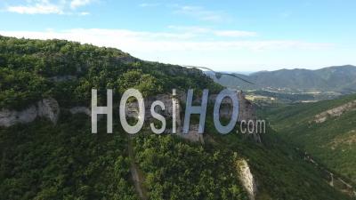 Montagnes Vertes Et Falaises Dans Une Journée Ensoleillée Du Sud De La France - Vidéo Drone