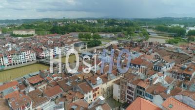 Vue Depuis La Place Pasteur Sur Petit Bayonne Et Le Pont Pendant Le Confinement De Covid-19, France - Vidéo Par Drone