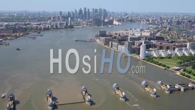 Barrière De La Tamise Et Tamise à La Recherche Vers La Ville De Londres, Pendant Le Confinement Du Au Covid-19, Londres Filmé Par Hélicoptère