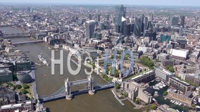 Vue Panoramique Le Long De La Tamise De La Tour De Londres à L'ouest De Hyde Park Pendant Le Confinement Du Au Covid-19, Londres, Filmé Par Hélicoptère