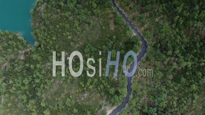 Images Aériennes D'une Voiture Circulant Sur Une Route Sinueuse Parmi La Forêt D'esterel, Vue Par Drone